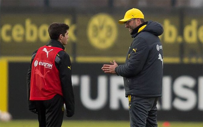 U.S. Men's National Team midfielder Christian Pulisic speaks to then Borussia Dortmund manager Jurgen Klopp